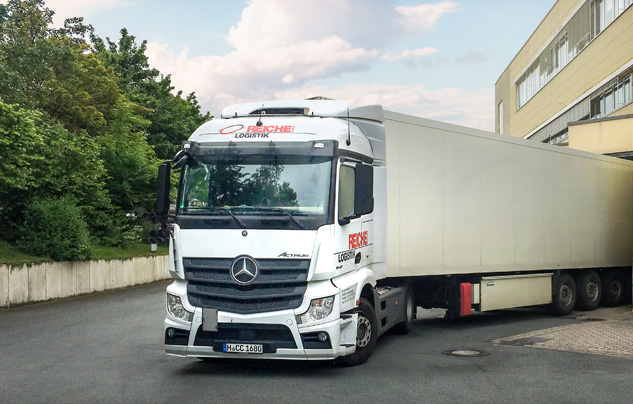 Moderne Fahrzeugflotte bestehend aus Mercedes-Benz und MAN Fahrzeugen.